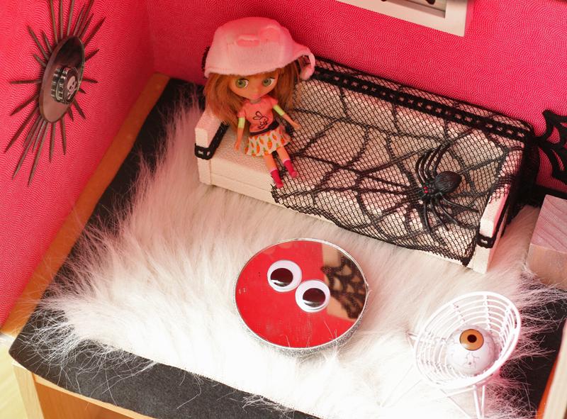 une maison de poup e hant e leo le pirate. Black Bedroom Furniture Sets. Home Design Ideas